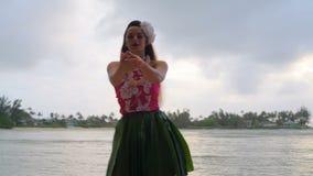 Danseur de danse polynésienne d'Hawaï dans le costume dansant 4k banque de vidéos
