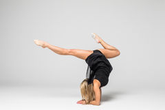 Danseur de femme aérien sur des mains Images stock