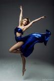 danseur de femme utilisant la jupe bleue photo libre de droits