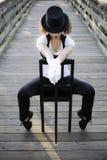 Danseur de jazz s'asseyant sur la présidence Photos stock
