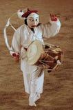 Danseur de masque avec le tambour images libres de droits