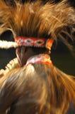 Danseur de tribu de la Papouasie dans l'action pendant la représentation d'art en Indonésie images libres de droits