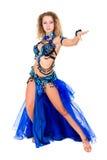 Danseur de ventre attirant rectifié dans un costume bleu Photo libre de droits