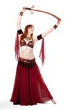 Danseur de ventre Red-headed posant avec l'épée Photographie stock libre de droits