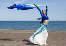 Danseur de ventre sur une plage Photo libre de droits