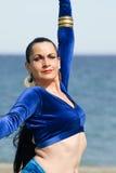 Danseur de ventre sur une plage Photos stock