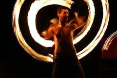 Danseur du feu la nuit dans un camp Photographie stock