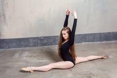 Danseur en bonne santé prenant le plaisir dans l'exercice physique, mains u image libre de droits