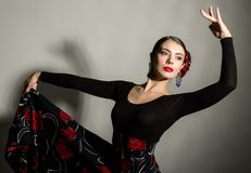 Danseur espagnol de flamenco de fille sur un fond gris Photo libre de droits