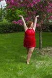 Danseur extérieur dans la robe rouge images libres de droits