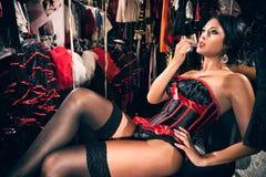 Danseur féminin de cabaret dans le vestiaire photographie stock libre de droits