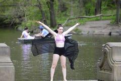 Danseur féminin dehors Image stock