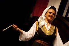 Danseur folklorique de femme serbe d'isolement sur le noir Photo stock