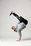 Danseur frais posant au-dessus du fond gris Photos stock