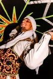 Danseur masculin arabe exécutant devant une foule dans le deser Arabe Photographie stock libre de droits