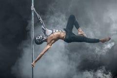 Danseur masculin de poteau posant dans le studio foncé images libres de droits