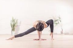 Danseur moderne convenable se tenant avec élégance sur la pointe des pieds dans la pose face dessous de mouvement brusque latéral Photo libre de droits
