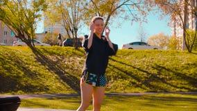 Danseur professionnel féminin effectuant le mouvement de danse sur le champ de sports clips vidéos