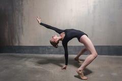 Danseur professionnel faisant la posture de pont images libres de droits