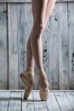 Danseur se tenant sur ses orteils photos stock
