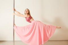 Danseur sexy de bande s'exerçant avec le poteau dans le studio Images libres de droits