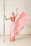 Danseur sexy de bande s'exerçant avec le poteau dans le studio Photos libres de droits