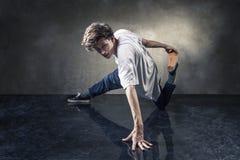 Danseur urbain d'houblon de hanche au-dessus de mur en béton grunge photographie stock libre de droits