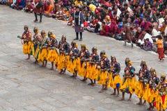 Danseurs au festival religieux de Tshechu dans la forteresse de Paro, Bhutan Photographie stock libre de droits
