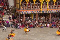 Danseurs au festival religieux de Tshechu dans la forteresse de Paro, Bhutan Image stock