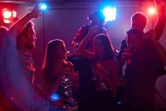 Danseurs avec des cocktails Image stock