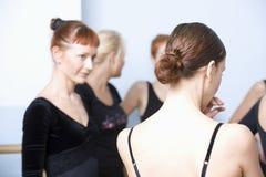 Danseurs classiques dans la chambre de répétition Photographie stock