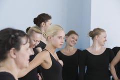 Danseurs classiques dans la chambre de répétition Image libre de droits