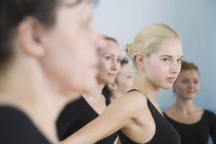 Danseurs classiques dans la chambre de répétition Images libres de droits