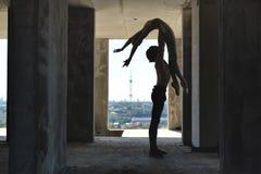 Danseurs classiques posant au bâtiment non fini photo stock