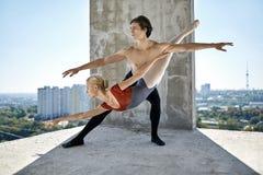 Danseurs classiques posant au bâtiment non fini photographie stock