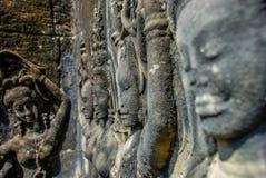 Danseurs découpés rayant les murs d'Angkor Vat image libre de droits