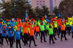 Danseurs dans des couleurs lumineuses dans le défilé de Philly Image libre de droits