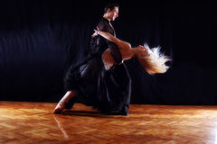 Danseurs dans la salle de bal Photos stock