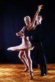 Danseurs dans la salle de bal Images libres de droits