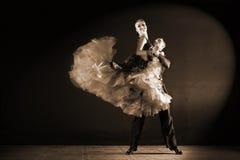 Danseurs dans la salle de bal d'isolement sur le fond noir Images libres de droits