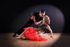 Danseurs dans la salle de bal sur le fond noir Photos libres de droits