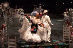Danseurs dans une vieille robe mexicaine traditionnelle Image stock