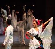 Danseurs dans une vieille robe mexicaine traditionnelle Photo stock