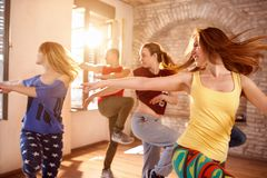 Danseurs dansant dans le studio de danse photo libre de droits