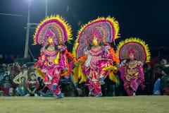 Danseurs de Chhou exécutant la nuit, Purulia photographie stock libre de droits