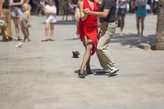 Danseurs de couples de rue ex?cutant la danse de tango photographie stock