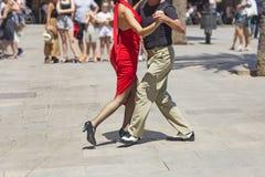 Danseurs de couples de rue ex?cutant la danse de tango images stock