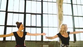 Danseurs de femmes réchauffant dans le studio de grenier avec l'effet de fusée de lentille clips vidéos