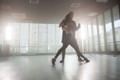 Danseurs de Kizomba montrant ? leur passion pour le kizomba de danse dans l'avant une salle de danse avec de grandes fen?tres ? l photo libre de droits