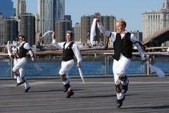 Danseurs de Morris exécutant par l'East River Images stock